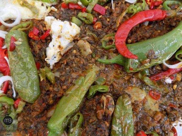Un dressage haut en couleurs avec des piments frits, des piments de cayenne, des rondelles d'oignons et des oeufs frits. (Crédit Photo: Abdel Aziz HALI - mangeonsbien.tn)