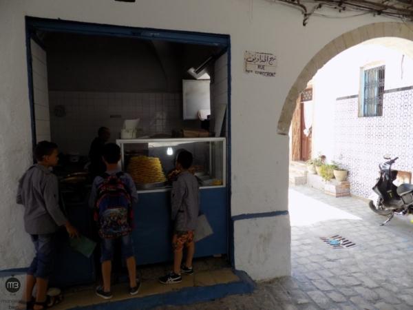 Des enfants devant l'ancienne boutique des Slimane (Crédit Photo: Abdel Aziz HALI - mangeonsbien.tn)