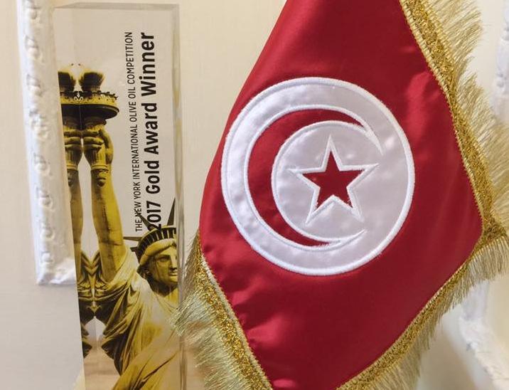 """Le trophée remporté par la marque """"Olivko"""" exposé dans l'Ambassade tunisienne à Londres (Source Photo: Karim Fitouri - Facebook)"""