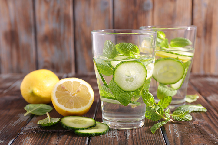 Water detox: citron, concombre et feuilles de menthe (Source Photo: Doctor Oz)